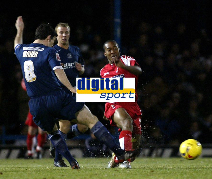 Photo: Chris Ratcliffe.<br /> Southend United v Swindon Town. Coca Cola League 1. 27/01/2006.<br /> Ricky Shakes (r) of Swindon is beaten to the ball by Southends Kevin Maher