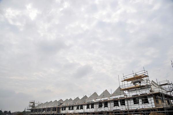 Nederland, Nijmegen, 1-9-2012Bouwvakkers zijn bezig met het bouwen van huizen in de nieuwe wijk Laauwik, onderdeel van de stadsuitbreiding de Waalsprong van Nijmegen in Lent. Een oudere bouwvakker aan het werk. Door de slechte economische situatie worden veel van de nieuwbouwplannen gewijzigd of uitgesteld.Foto: Flip Franssen/Hollandse Hoogte
