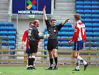 99072012: Dommer Stig Rune Krodal utviser Bryne-keeper Svein Bø under kampen Lyn - Bryne 6-0, Ullevaal stadion, 18. juli 1999. 1. divisjon 1999. (Foto: Peter Tubaas)