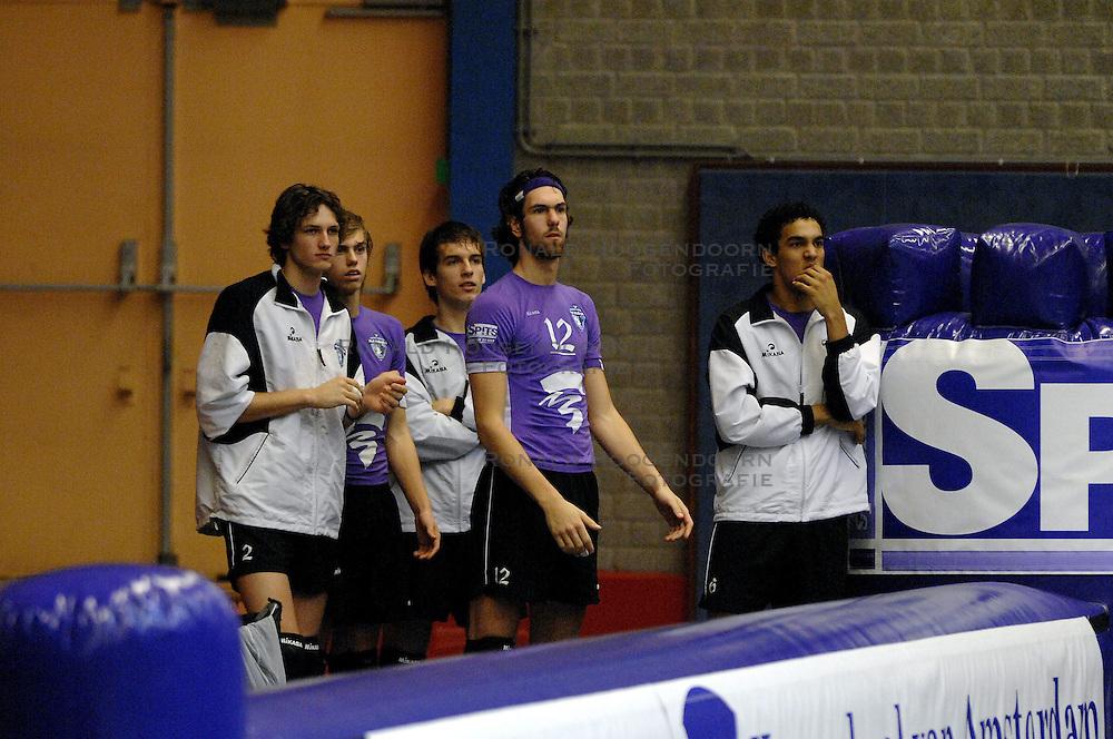 02-12-2006 VOLLEYBAL: HVA VOLLEYBAL - LANDSTEDE VOLLEYBAL: AMSTERDAM<br /> HvA incasseerde de 7de nederlaag op rij. Zwolle was met 3-0 te sterk / Tije vlam, Ryan Anselma, Gijs Jorna en Bart van Garderen<br /> ©2006-WWW.FOTOHOOGENDOORN.NL