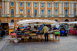People setting up market stalls in the Place du Capitole, Toulouse, France<br /> <br /> (c) Andrew Wilson | Edinburgh Elite media