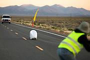 Gareth Hanks op de vierde racedag. In Battle Mountain (Nevada) wordt ieder jaar de World Human Powered Speed Challenge gehouden. Tijdens deze wedstrijd wordt geprobeerd zo hard mogelijk te fietsen op pure menskracht. Ze halen snelheden tot 133 km/h. De deelnemers bestaan zowel uit teams van universiteiten als uit hobbyisten. Met de gestroomlijnde fietsen willen ze laten zien wat mogelijk is met menskracht. De speciale ligfietsen kunnen gezien worden als de Formule 1 van het fietsen. De kennis die wordt opgedaan wordt ook gebruikt om duurzaam vervoer verder te ontwikkelen.<br /> <br /> Gareth Hanks on the fourth racing day. In Battle Mountain (Nevada) each year the World Human Powered Speed ??Challenge is held. During this race they try to ride on pure manpower as hard as possible. Speeds up to 133 km/h are reached. The participants consist of both teams from universities and from hobbyists. With the sleek bikes they want to show what is possible with human power. The special recumbent bicycles can be seen as the Formula 1 of the bicycle. The knowledge gained is also used to develop sustainable transport.
