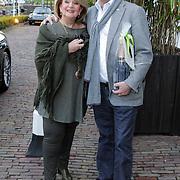 NLD/Naarden/20120422 - Inloop gasten verjaardagsfeest Monique des Bouvrie, Benno Leeser en partner Kitty