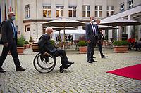 Berlin, 27.09.2021: Bundestagspräsident Dr. Wolfgang Schäuble in seinem Rollstuhl auf dem beschwerlichen Weg zum St. Michael-Jahresempfang. Für Rollstuhlfahrer ist es mühsam auf Kopfsteinpflaster zu fahren.