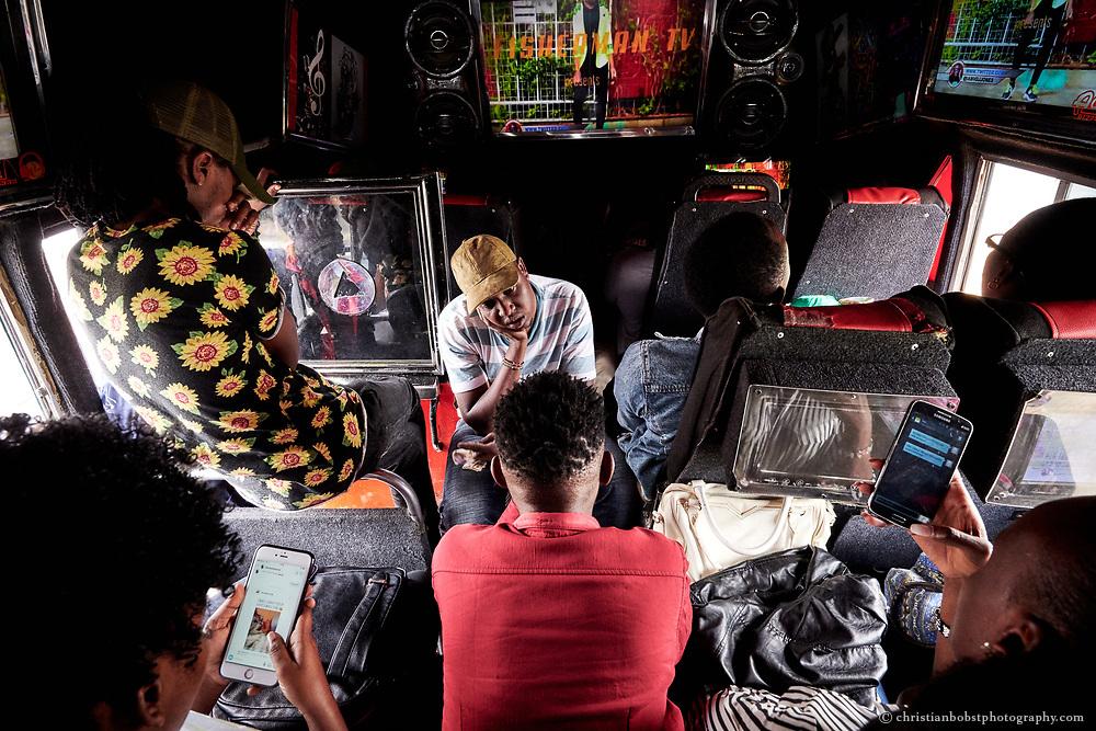 Die Fahrgäste im Mixtape Matatus schätzen nicht nur die  Musik, sondern auch das Wifi, mit dem sie während der fahrt vorwiegend auf Whatsapp und Instagram aktiv sind. Das Mixtape-Matatu ist legendär, es fährt zwischen Rongai und der Nairobi Railway Station hin- und her und ist bekannt für die eigens für diesen Bus angegefertigten Music-Mixes, deren Videos auf Bildschirmen an den Wänden und den Sitzen des Matatus gezeigt und in Konzertlautstärke abgespielt werden.