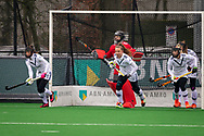 LAREN -  Hockey Hoofdklasse Dames: Laren v Pinoké, seizoen 2020-2021. Foto: Pinoké verdedigt doel bij strafcorner