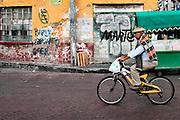 Un hombre recorre las calles de Xochimilco. 11 de junio de 2013. (Foto: Prometeo Lucero)