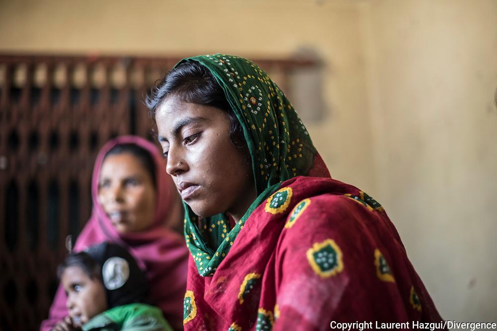 26022019. INDE. BIHAR. La caravane de la paix Karwan-e-Mohabbat. Village d'Aziz Pur, près de la frontière avec le  Népal. Famille hindou de Manju Devi qui a perdu son fils Barthendur, 16 ans, tué par des musulmans qui le soupçonnaient d'entretenir une relation amoureuse avec une adolescente musulmane. Des chiens ont retrouvé son corps 10 jours après sa disparition dans un champ voisin, une main sortant de terre. (PHOTOS) En représailles, une foule d'hindous encerclent des maisons musulmanes et tuent 4 innocents dont Gulam Ginali, 16 ans, fils de Zahida Khatoon.