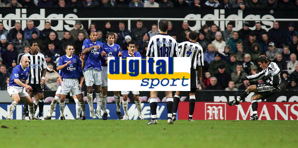Fotball<br /> Premier League 2004/05<br /> Newcastle v Everton<br /> 28. november 2004<br /> Foto: Digitalsport<br /> NORWAY ONLY<br /> An excellent free-kick from Newcastle's Laurent Robert (R) is saved on the goaline by Everton's Nigel Martyn.