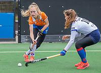 BLOEMENDAAL -  Lilli de Nooijer (Bldaal) met Elzemiek Zandee (SCHC)  tijdens de hoofdklasse hockeywedstrijd dames, Bloemendaal-SCHC (1-4) .  COPYRIGHT  KOEN SUYK
