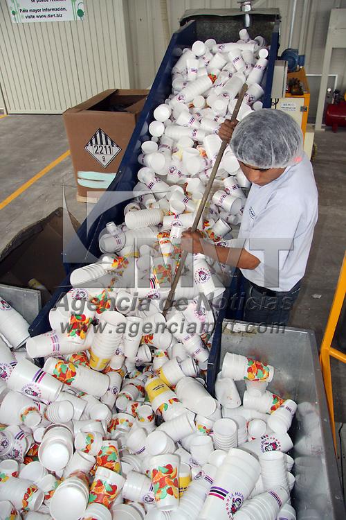 Atlacomulco, México.- Una empresa dedicada a la producción de envases de unicel, y pionera en el país en el reciclaje postconsumo de este material, ha logrado reciclar en los últimos nueve meses 110 toneladas de unicel de las 400 que se reciclan en México anualmente, con la reutilización de este material se crean nuevos productos como son macetas, teclados, carcasas para electrónicos, llaveros, reglas, etc. todo aquello que no sea para contener alimentos. Agencia MVT / Arturo Rosales. (DIGITAL)