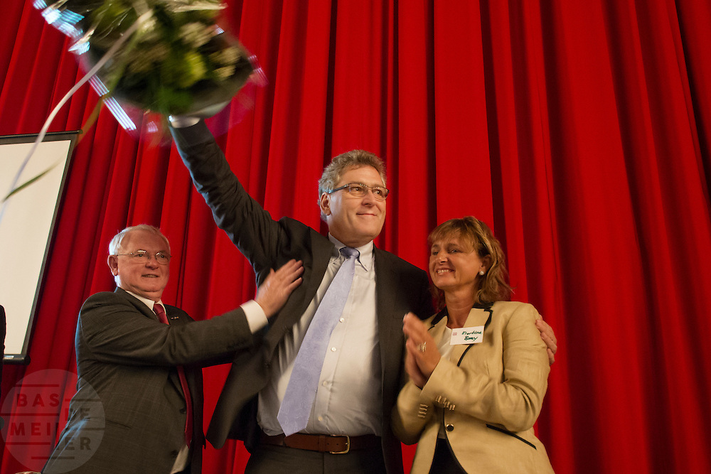Henk Krol wordt door Jan Nagel (links) en Martine Baay (rechts) gefeliciteerd met zijn verkiezing tot lijsttrekker. In Hilversum houdt de 50Plus partij haar verkiezingscongres. Tijdens het partijcongres wordt Henk Krol gekozen tot de lijsttrekker. Jan Nagel is de partijvoorzitter.<br />