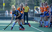 AMSTELVEEN - Sian Keil (Pinoke) met Ankelein Baardemans (Bldaal)  tijdens de oefenwedstrijd tussen de dames van Bloemendaal en Pinoke   ter voorbereiding van het hoofdklasse hockeyseizoen 2020-2021.  COPYRIGHT KOEN SUYK