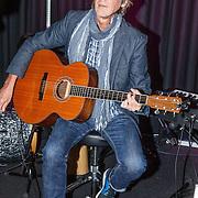 NLD/Hilversum/20150417 - Evers Staat Op bestaat 15 jaar, gitarist Bert Meulendijk