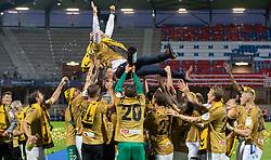Cheftræner Glen Riddersholm (SønderjyskE) får en lufttur efter finalen i Sydbank Pokalen mellem AaB og SønderjyskE den 1. juli 2020 i Blue Water Arena, Esbjerg (Foto Claus Birch).