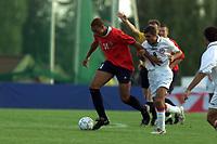 Fotball. EM-kvalifisering U21, Nadderud 1. september 2000. Norge-Armenia. John Carew, Norge i kamp med Grigor Grigoryan, Armenia. Foto: Digitalsport.