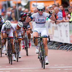 Kirsten Wild wint de eerste etappe in Roden.