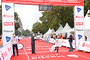 Marathon: Haspa Hamburg 2021, Hamburg, 12.09.2021<br /> Jubel von Sieger Martin Musau (Uganda), Ziel<br /> © Torsten Helmke