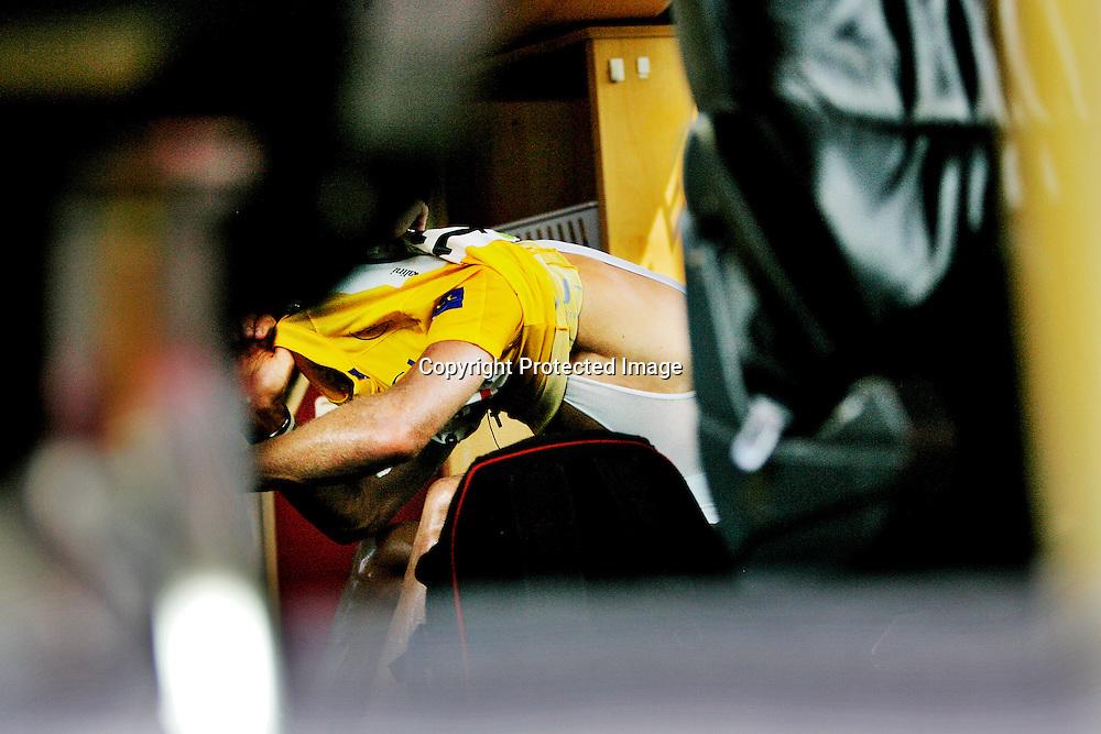20060604. Valkenbourg. Thor Hushovd mistet den gule ledertrøya til Tom Boonen. Her river han av seg trøya i bussen etter rittet.Foto: Daniel Sannum Lauten/ Dagbladet