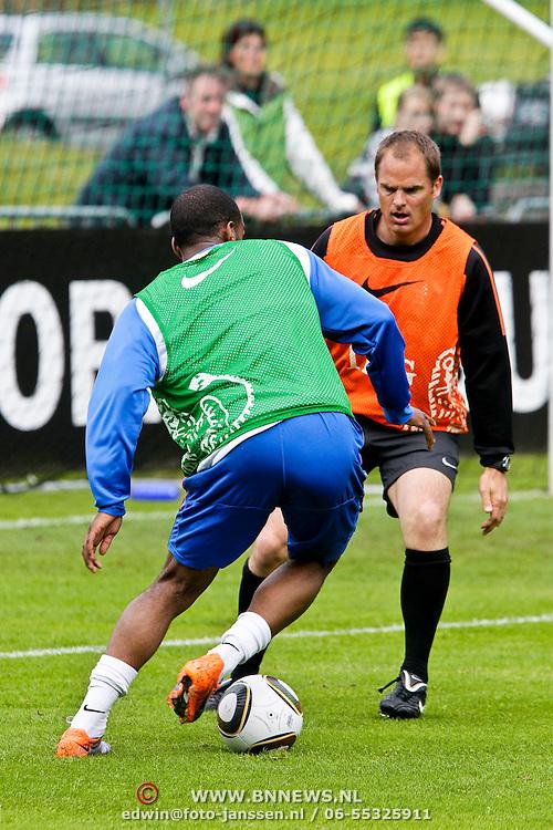AUS/Seefeld/20100529 - Training NL Elftal WK 2010, Frank de Boer in duel met Ryan Babel