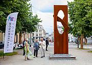 DEN HAAG, 12-07-2021, Pulchri Studio<br /> <br /> Prinses Beatrix der Nederlanden tijdens een bezoek aan de beeldententoonstelling 'Voorhout Monumentaal' op het Lange Voorhout en in de binnentuin van Pulchri Studio in Den Haag.  FOTO: Brunopress/Patrick van Emst<br /> <br /> Princess Beatrix of the Netherlands during a visit to the sculpture exhibition 'Voorhout Monumental' on the Lange Voorhout and in the courtyard of Pulchri Studio in The Hague.