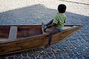 Januaria_MG, Brasil...Menino com um martelo sentado em um barco em Januaria, Minas Gerais...Boy with a hammer sitting in a boat in Januaria, Minas Gerais...Foto: JOAO MARCOS ROSA /  NITRO