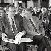 NLD/Naarden/19900328 - Overhandiging brochure aan Commissaris van de Koninging Henri Lammers