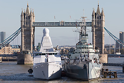 © Licensed to London News Pictures. 22/10/2018. London, UK.  Dutch Offshore Patrol Vessel, HNLMS Zeeland (P841) arrives in London and moors next to HMS Belfast in front of Tower Bridge on the River Thames this afternoon ahead of a Dutch Royal state visit. Their Majesties King Willem-Alexander and Queen Máxima of the Netherlands will arrive in the UK tomorrow, 23rd October for their first State Visit and will visit HMS Belfast and HNLMS Zeeland, moored alongside. This visit will celebrate 45 years of cooperation between the Royal Netherlands Marine Corps and the Royal Marines.  Photo credit: Vickie Flores/LNP