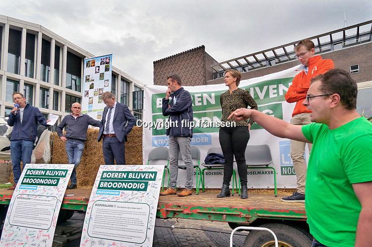 Nederland, Arnhem, 14-10-2019 Boeren uit de provincie Gelderland zijn met hun trekkers naar het procinciehuis in Arnhem gereden om te protesteren tegen de maatregelen die hun worden opgedrongen om het stikstofprobleem op te lossen. Ze eisen dat de provinciale maatregelen opgeschort worden. Gedeputeerde Peter Drenth staat hen te woord en zal in overleg gaan. Boer Evert Jan Versteegh uit Kootwijkerbroek eist dat de opgelegde maatregelen van tafel gaan .Foto: Flip Franssen