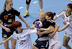 08-12-2013 HANDBAL: WERELD KAMPIOENSCHAP ZUID KOREA - NEDERLAND: BELGRADO <br /> 21st Women s Handball World Championship Belgrade / Danick Snelder probeert door de Koreaanse muur te komen. Nycke Groot kijkt toe.<br /> ©2013-WWW.FOTOHOOGENDOORN.NL