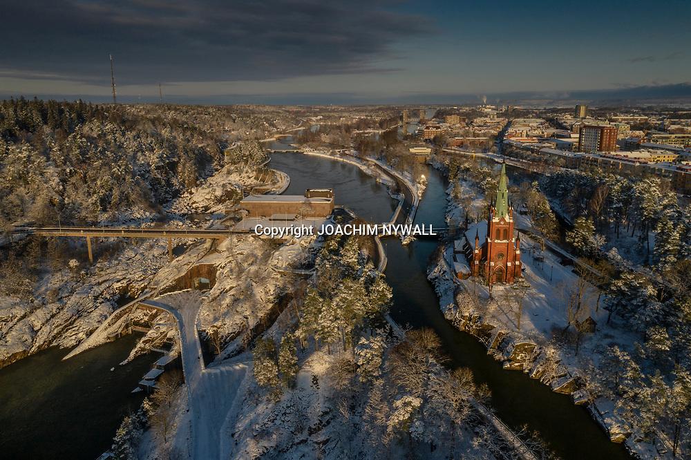 2021 01 10 Trollhättan<br /> Vy bild över Trollhättans kyrka och Oskars bron<br /> Vinter snö<br /> Drönare<br /> <br /> <br /> FOTO JOACHIM NYWALL KOD0708840825<br /> COPYRIGHT JOACHIMNYWALL:SE<br /> <br /> ****BETALBILD****<br />  <br /> Redovisas till: Joachim Nywall<br /> Strandgatan 30<br /> 461 31 Trollhättan<br />  Prislista: BLF, om ej annat avtalats