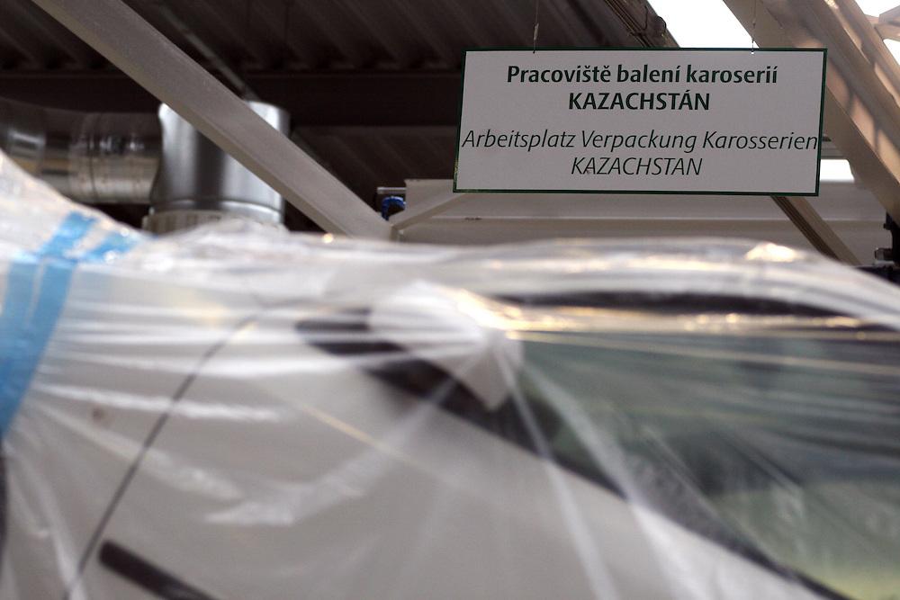 Mlada Boleslav/Tschechische Republik, Tschechien, CZE, 19.03.07: Für den Export nach Kazachstan in Folie verpackte Skoda Octavia Karosserie auf dem Werksgelände der Skoda Auto Fabrik in Mlada Boleslav. Der tschechische Autohersteller Skoda ist ein Tochterunternehmen der Volkswagen Gruppe.<br /> <br /> Mlada Boleslav/Czech Republic, CZE, 19.03.07: Detail of Skoda Octavia car body-frame on packaging line at Skoda Car factory in Mlada Boleslav. Czech car producer Skoda Auto is subsidiary of the German Volkswagen Group (VAG).