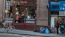 THEMENBILD - ein Obdachloser bettelt vor einem Italienischen Restaurant, Edinburgh, Schottland, aufgenommen am 14. Juni 2015 // a homeless man begging in front of an Italian restaurant, Edinburgh, Scotland on 2015/06/14. EXPA Pictures © 2015, PhotoCredit: EXPA/ JFK
