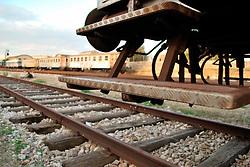 Le Ferrovie del Sud Est nascono in Puglia, nell'ottobre del 1931. A questà nuova società veniva dato in concessione l'insieme delle reti ferroviarie precedentemente gestite da diversi organismi (Società per le Ferrovie Salentine, Società per le Ferrovie Sussidiate, Ferrovie dello Stato)..Le aree pugliesi attraversate dalla società ferroviaria sono l'area barese, la fascia Taranto-Brindisi e l'area leccese-salentina, collegando fra loro i capoluoghi di Bari, Taranto e Lecce, nonché oltre 130 comuni delle province meridionali..Il reportage fotografico sulle Ferrovie Sud Est intende testimoniare l'evoluzione tecnologica che, durante gli anni, ha modificato e migliorato il servizio ferroviario e la convivenza del progresso con tracce del passato, attraverso un viaggio tra le stazioni e i depositi..Primo piano del predellino di un treno nalla stazione di Mungivacca.