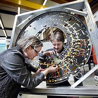 Nederland, Amsterdam , 20 mei 2010..Onderzoekers Els Koffeman en Auke-Pieter Colijn demonstreren bij de Nikhef (Nationaal instituut voor subatomaire fysica) een door hun deels ontworpen sporenzoeker van deeltjes..Foto:Jean-Pierre Jans