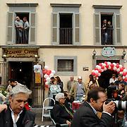 ITA/Bracchiano/20061118 - Huwelijk Tom Cruise en Katie Holmes, fotografen en paparazzi wachten op wat komen gaat