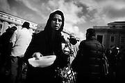 Un donna rom chiede l'elemosina in piazza San Pietro dopo l'omelia della Messa di intronizzazione, di Papa Francesco I. Roma, 19 marzo 2013. Christian Mantuano /  Oneshot