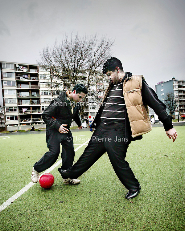Nederland,Schiedam ,2 maart 2008..Bilal (l) en Fouad tijdens het voetballen op hun favoriete hangplek het voetbalveldje in de wijk Groenoord. Bilal (l) and Fouad playing football at their favorite hangout in the district  Groenoord of Schiedam.