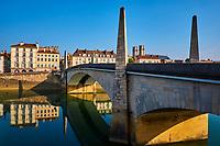 France, Saône-et-Loire (71), Chalon-sur-Saône, le pont Saint-Laurent et la cathédrale Saint-Vincent, bâtie entre 1090 et 1520 // France, Saône-et-Loire (71), Chalon-sur-Saône, Saint-Laurent bridge and Saint-Vincent cathedral, build between 1090 and 1520
