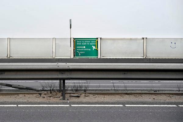 Nederland, A50, 3-4-2012Nooduitgang in een geluidsscherm langs de A50 op de brug over de Waal bij Ewijk.Foto: Flip Franssen/Hollandse Hoogte