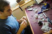Aerovelo soldeer de bedrading voor sensoren. In Battle Mountain (Nevada) wordt ieder jaar de World Human Powered Speed Challenge gehouden. Tijdens deze wedstrijd wordt geprobeerd zo hard mogelijk te fietsen op pure menskracht. Ze halen snelheden tot 133 km/h. De deelnemers bestaan zowel uit teams van universiteiten als uit hobbyisten. Met de gestroomlijnde fietsen willen ze laten zien wat mogelijk is met menskracht. De speciale ligfietsen kunnen gezien worden als de Formule 1 van het fietsen. De kennis die wordt opgedaan wordt ook gebruikt om duurzaam vervoer verder te ontwikkelen.<br /> <br /> Aerovelo makes the wiring for the sensors in the bike. In Battle Mountain (Nevada) each year the World Human Powered Speed Challenge is held. During this race they try to ride on pure manpower as hard as possible. Speeds up to 133 km/h are reached. The participants consist of both teams from universities and from hobbyists. With the sleek bikes they want to show what is possible with human power. The special recumbent bicycles can be seen as the Formula 1 of the bicycle. The knowledge gained is also used to develop sustainable transport.