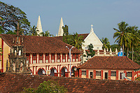 Inde, Etat du Kerala, Kochi ou Cochin, Fort Cochin le centre historique, basilique Santa Cruz et college de style colonial// India, Kerala State, Fort cochin or Kochi, Santa Cruz Basilica and colonial style college