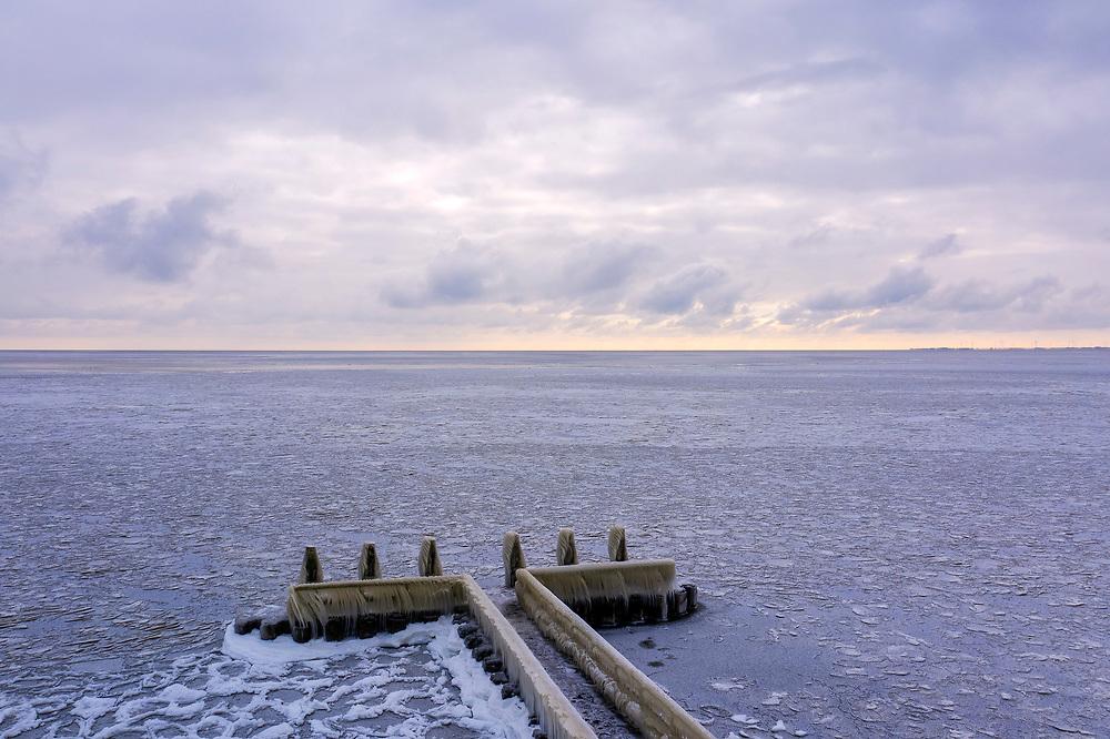 Nederland, Noord-Holland, Afsluitdijk, 10-02-2021; zicht op IJsselmeer met ijs, ter hoogte van Vlietermonument. Winterlandschap. View of the IJsselmeer with ice, near the Vlietermonument. Winter landscape.<br /> drone-opname (luchtopname, toeslag op standaard tarieven);<br /> drone recording (aerial, additional fee required);<br /> copyright foto/photo Siebe Swart