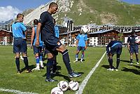Fotball<br /> Frankrike 2005<br /> Foto: imago/PanoramiC/Digitalsport<br /> NORWAY ONLY<br /> <br /> 30.06.2005<br /> <br /> Trainingslager Olympique Lyon in Tignes le Lac, John Carew (Mitte) jongliert mit einem Ball;