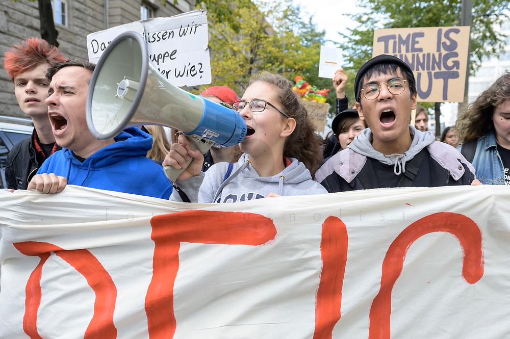 11 OCT 2019, BERLIN/GERMANY:<br /> Franziska Wessel (M), Klimaaktivistin, Fridays for Future<br /> und weitere Jugendliche demonstrieren mit einem Demonstrationszug von Fridays for Future fuer wirkungsvolle Massnahmen gegen den Klimawandel, Anna-Louisa-Karsch-Strasse<br /> IMAGE: 20191011-01-032<br /> KEYWORDS: Demonstration, Demo, Demonstranten, Klima, Klimawandel, climate change, protest, Schueler, Schüker, Studenten, Protest