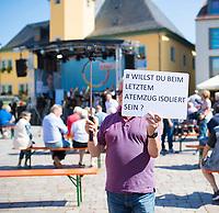 Apolda, 03.09.2021: Wahlkampfveranstaltung der CDU mit Armin Laschet, Kanzlerkandidat und CDU-Bundesvorsitzender, auf dem Marktplatz in Apolda. Ein Mann protestiert gegen die Corona-Politik der Bundesregierung.