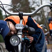 Nederland Rotterdam 28 januari 2008 20080128 Foto David Rozing ..Monteurs van de Roteb bevestigen verlichting op fietsen leerlingen tbv verkeersveiligheid..Wethouder Baljeu introduceert 'fietslichtbrigade'.Wethouder Jeannette Baljeu (Verkeer, Vervoer en Organisatie) geeft maandag 28 januari om 10.30 uur het officiële startsein voor de start van de landelijke campagne 'Val op, daar kun je mee thuiskomen' in Rotterdam en introduceert dan de speciaal hiervoor in het leven geroepen 'fietslichtbrigade'. Het startsein vindt plaats op de Toorop Mavo in Hillegersberg, waar ook mevrouw Huygens, directeur Markten en Bedrijven van de Roteb, bij aanwezig is. De fietslichtbrigade brengt in de hierop volgende zes weken de Rotterdamse scholen in het voortgezet onderwijs een bezoek en voorziet de fietsen van leerlingen van led-verlichting. De 'fietslichtbrigade' bestaat uit acht gespecialiseerde monteurs van Roteb. Doel van de campagne is het aantal slachtoffers onder dertien tot zeventienjarigen terug te brengen door goede fietsverlichting en dus betere zichtbaarheid op straat..(Voor meer informatie: Saskia Bergman, Communicatie dS+V, tel. 010 - 489 9678)..Foto David Rozing