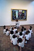 Spanje, Barcelona, 5-6-2005..Fondacio Miro, museum met permanente tentoonstelling van Joan Miro. Een schoolklas met kleine kinderen krijgt uitleg van de juf. Onderwijs, kunstgeschiedenis.. Cultuur, moderne kunst, toerisme, economie, vakantie, stedentrip...Foto: Flip Franssen