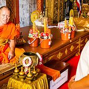 THA/Bangkok/20160729 - Vakantie Thailand 2016 Bangkok, Thaise Monnik zegent toeristen
