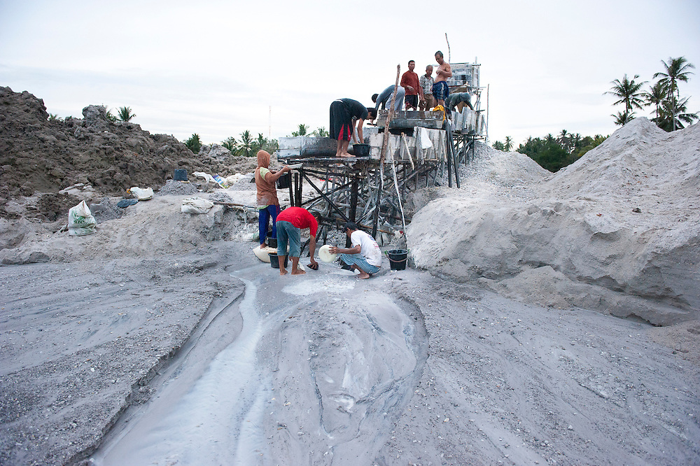 Miners in an illegal tin mine in Reboh, Bangka, Indonesia. The island is devastated by this deadly tin rush, a direct consequence of the success of smartphones and tablets like iPhones and iPads from Apple or Samsung. The demand for tin has increased due to its use in smart phones and tablets.<br /> <br /> Des mineurs dans un mine d'étain illégale à Reboh, Bangka, Indonésie.  L'île est dévastée par des mines d'étain sauvages, une conséquence directe du succès des smartphones et tablettes comme les iPhones et les iPads d'Apple ou Samsung. La demande de l'étain a explosé à cause de son utilisation dans les smartphones et tablettes.